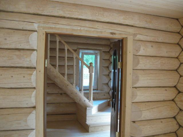 установка входной двери в доме из сруба